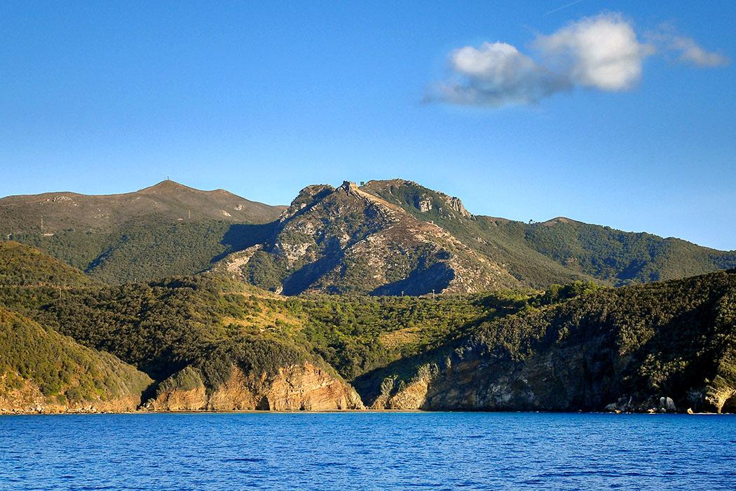 Elba, Volterraio Castello di Volterraio die älteste Befestigungsanlage von Elba. Ihren Ursprung hat die Festung bereits in etruskischer Zeit, wie Funde im Areal bestätigen. Foto: Wikipedia, Mihael Grmek