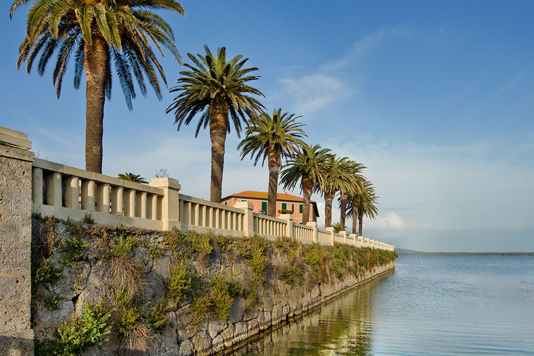 orbetello, toscana, italia Orbetello; In die Kaimauern um die Lagunenstadt wurden etruskische Befestigungsanlagen aus dem 4. Jhd. v. Chr. verbaut. Foto: Wikipedia, Trolvag