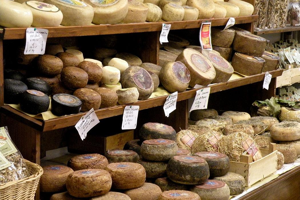 pecorino di pienza Toskanische Käseauswahl: Einen besonders guten Schafskäse stellen die Käsereien in Pienza her. Verfeinert wird der Pecorino di Pienza mit Pfeffer, Trüffel, Nüssen oder Peperoncino. Foto: Wikipedia, Dan