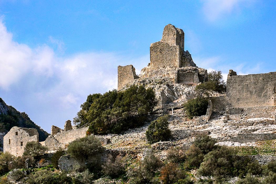 Rocca_di_san_silvestro_Die befestigte Bergarbeiterstadt Rocca di San Sivestro, im Südwesten der Colline Metallifere, erbauten im 10. und 11. Jhd. die Grafen von Gherardesco aus Pisa. Foto: Wikipedia, Deboran