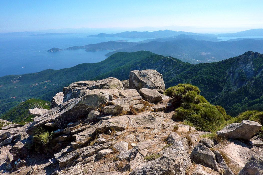 italy, elba island, monte capanne Insel Elba: Der Monte Capanne ist mit 1019 Metern der höchste Berg der Insel. Wanderwege und eine Seilbahn führen auf den Gipfel der ein Panorama über Elba und den toskanischen Inselarchipel bietet.