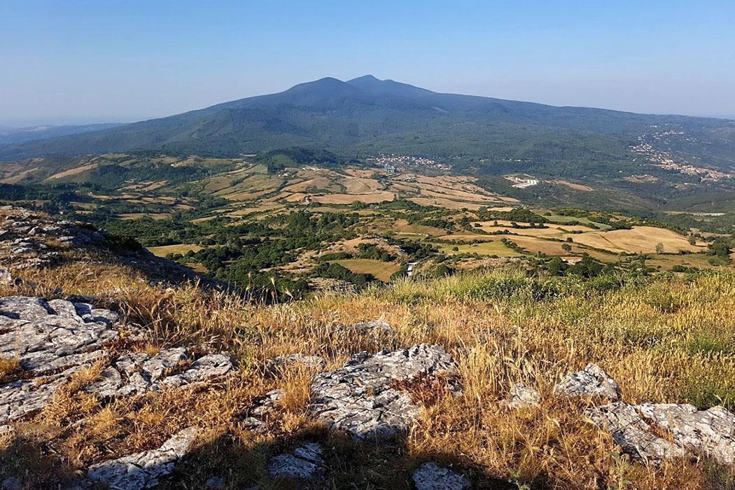 monte labbro, toscana, italy-01 Vom Gipfel des Monte Labbro bietet sich eine fantastische Aussicht auf den Monte Amiata, den höchsten Berg der Toskana (1.738 Meter).