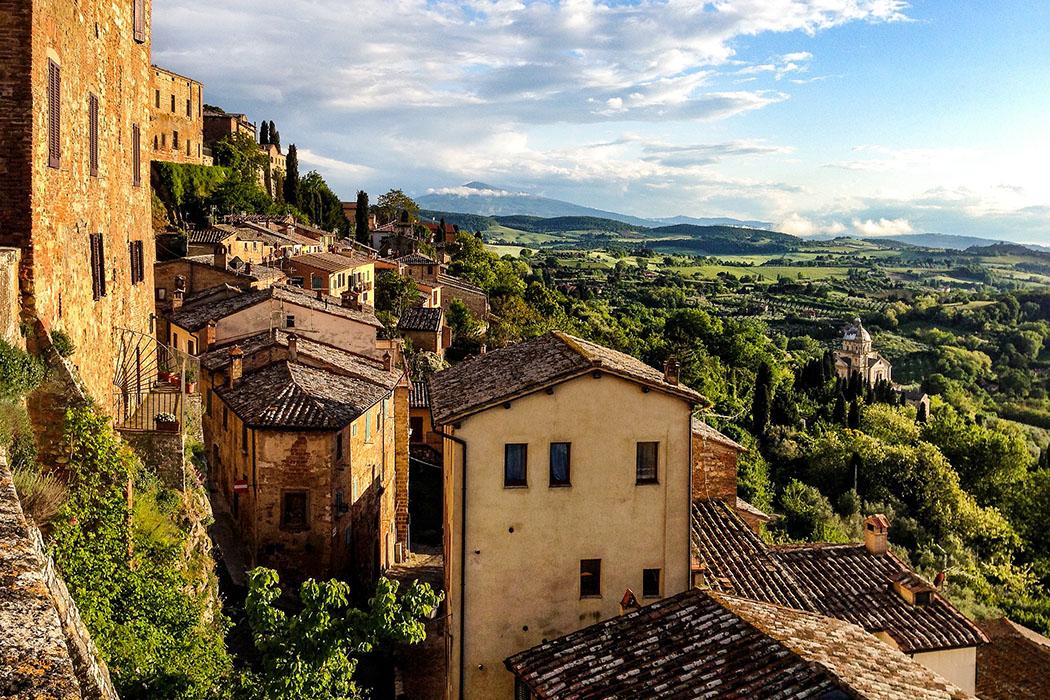 montepulciano, toskana, italien Montepulciano: Eine umwerfend schöne Aussicht bietet sich von der Piazza di San Francesco auf die Landschaft. Im Tal liegt die Wallfahrtskirche Madonna di San Biagio.