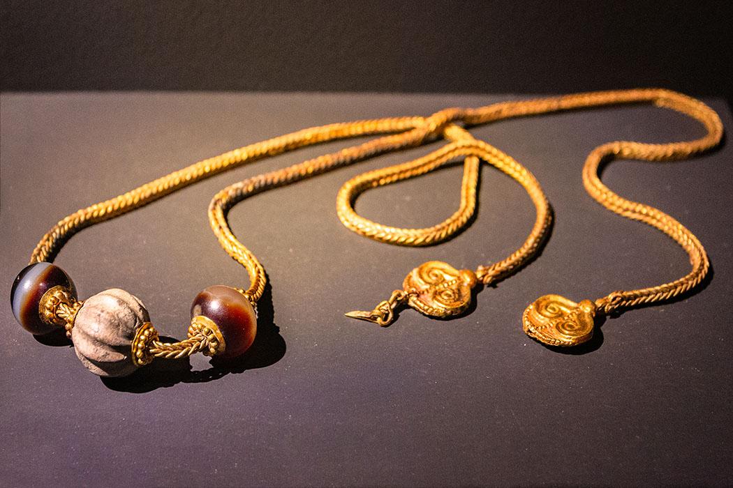Die goldene Halskette mit Perlen aus Achat und Glaspaste datiert auf das 15. Jhd. v. Chr. und war als Beigabe im Grab des Greifenkriegers von Pylos. Foto: M. Hoffmann, Reise-Zikaden reise-zikaden.de, deutschland, baden-wuerttemberg, karlsruhe, schloss, badisches landesmuseum, mykene ausstellung, Das Grab des Greifenkriegers