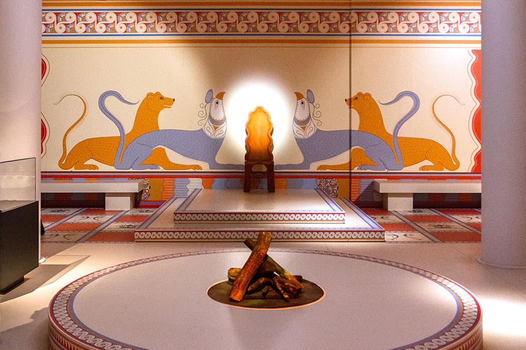 Der Nachbau des Thronsaals ist idealtypisch. Genau in dieser Form gab es ihn nicht, einzelne Elemente sind aus den mykenischen Palästen von Mykene und Pylos überliefert. Foto: M. Hoffmann, Reise-Zikaden - reise-zikaden.de, deutschland, baden-wuerttemberg, karlsruhe, schloss, badisches landesmuseum, mykene ausstellung, thronsaal 01