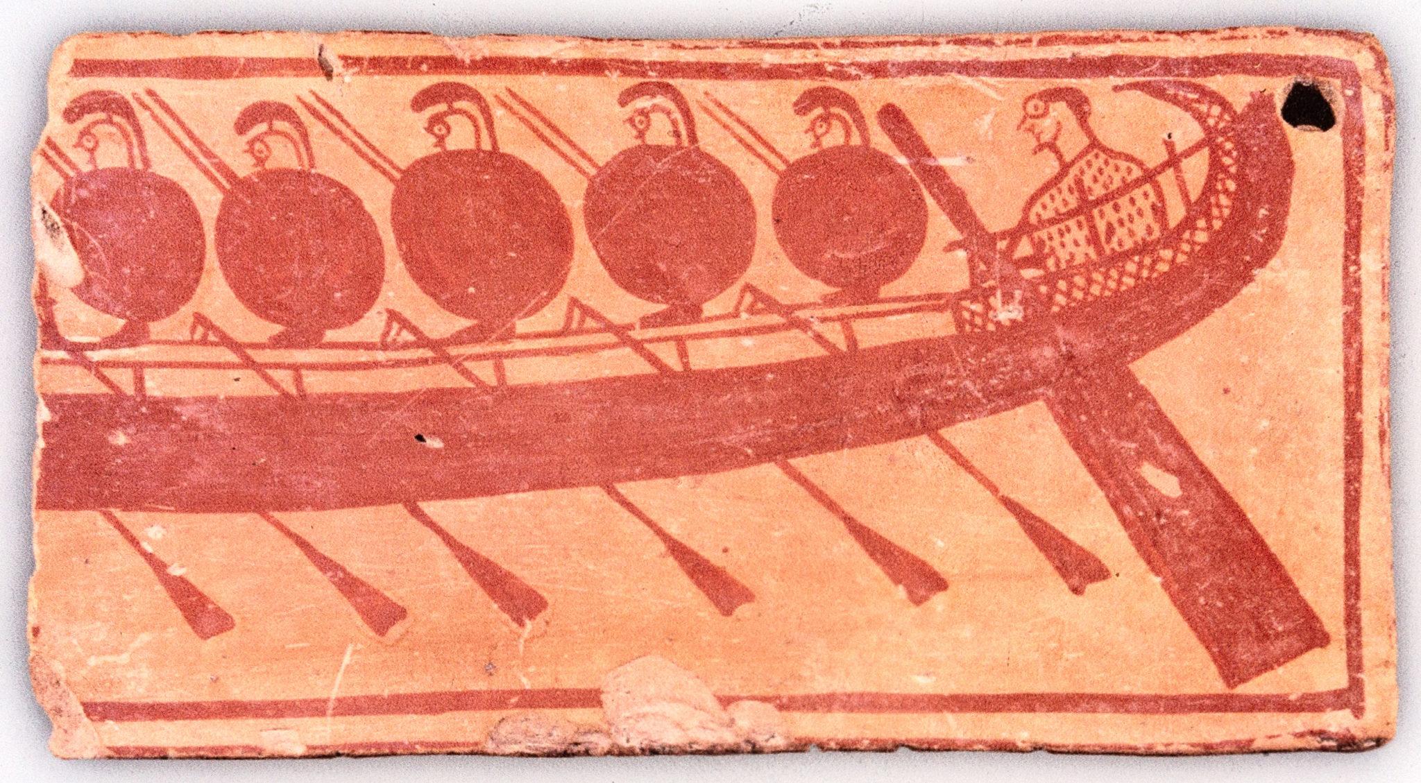 reise-zikaden.de, griechenland, attika, kap sounion, bothros, Die in der Kultgrube gefundene Tonscherbe zeigt ein Kriegsschiff mit Ruderern und Steuermann und datiert auf 690 v. Chr. Das Fundstück könnte den Phrontis-Kult im Areal bestätigen.