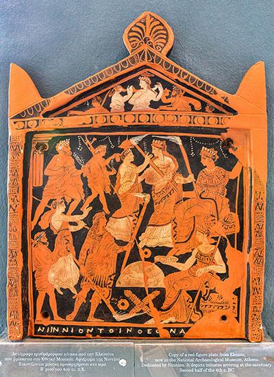 reise-zikaden.de, greece, attica, eleusis, elefsina, Ninnion Tablet Die Kopie der Ninnion-Pinax zeigt im Museum von Eleusis auf einer antiken Tontafel Szenen aus den Mysterien. In der unteren Reihe ist auch Iakchos mit Fackel abgebildet. Es ist die einzige Darstellung der Initiationsriten. Das Original aus dem 4. Jhd. v. Chr. befindet sich im Archäologischen Nationalmuseum von Athen.