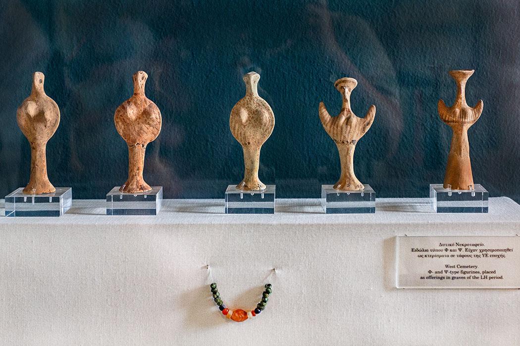 reise-zikaden.de, greece, attica, eleusis, elefsina, museum, mycenean Diese bronzezeitlichen Figurinen wurden in der West-Nekropole von Eleusis gefunden. Sie datieren in die mykenische Epoche des Späthelladigkums zwischen 14. und 11. Jhd. v. Chr.
