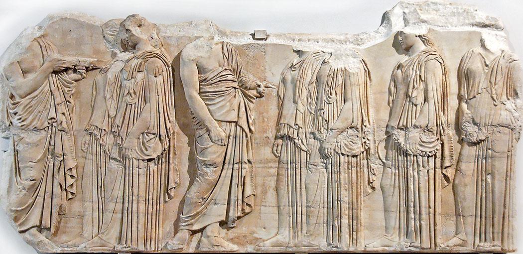 Egastinai_Louvre_ol Das Marmorfragment vom Ostfries des Parthenon in Athen zeigt Kanephoren bei einer Prozession. In der Fachwelt wird es Ergastinai-Frieß (Ἐργαστῖναι) genannt und war eins bemalt. Datierung: 445 - 435 v. Chr. Ort: Louvre, Paris (MR 825). Foto: Wikipedia, Jastrow