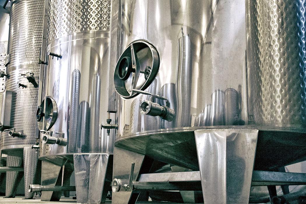 Griechenland: Attika – Weinberge und Weingüter um Athen Mylonas Winery, Keratea, Edelstahl-Tanks sind luft- und wasserdicht und werden für die Gärung, Lagerung und den geschmacksneutralen Ausbau von Wein verwendet. Foto: Mylonas Winery, Elias Perdikoulis