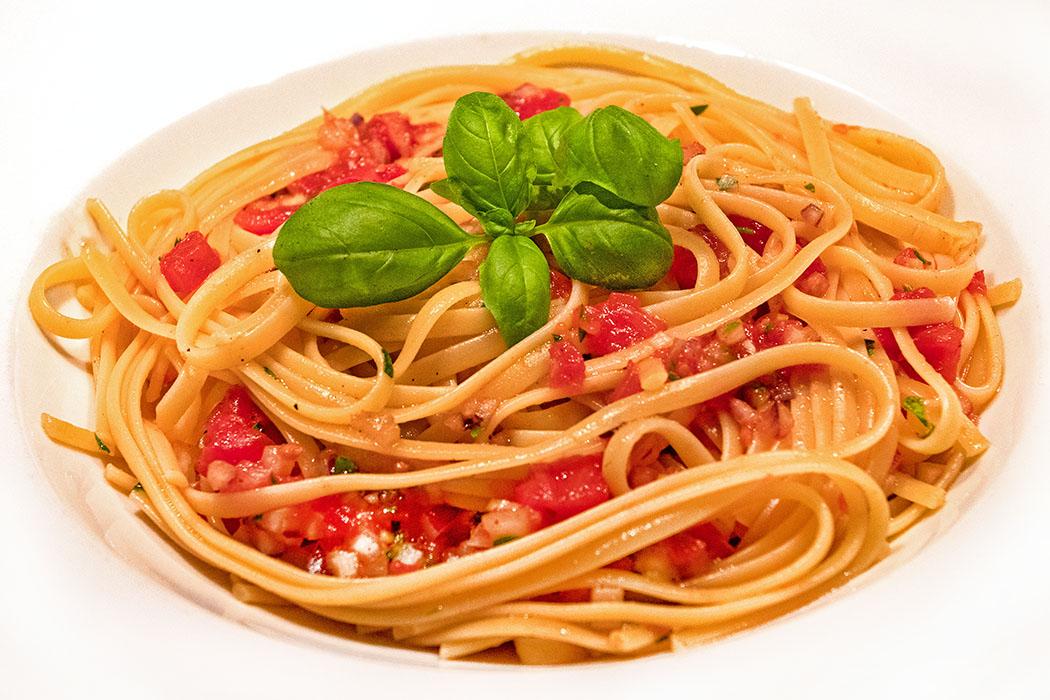 Spaghetti ai sette odori - Pasta mit rohen Tomaten und Kräutern reise-zikaden.de, Spaghetti ai sette odori - Pasta mit rohen Tomaten und Kräutern Spaghetti ai sette odori - Pasta mit rohen Tomaten und Kräutern zaubern in der Urlaubsküche oder auch zu Hause mediterrane Ferienstimmung auf den Tisch. Foto: M. Hoffmann, Reise-Zikaden