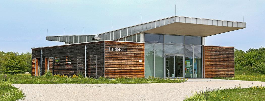 HeideHaus in Fröttmaning Naturschutzgebiet Südliche Fröttmaninger Heide: Das Info- und Umweltzentrum HeideHaus befindet sich in gegenüber der U-Bahnstation Fröttmaning. Foto: Wikipedia, Rufus46