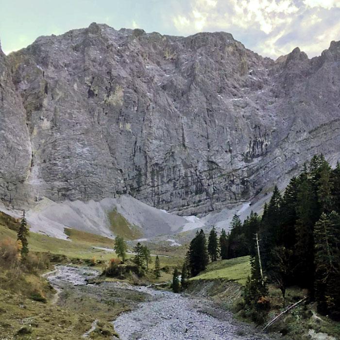 enger grund, tirol, karwendel Hier entspringt der Rissbach im Schotterkessel unter den Steilwänden der Grubenkarspitze (2.661 Meter). Foto: Reise-Zikaden, M. Hoffmann