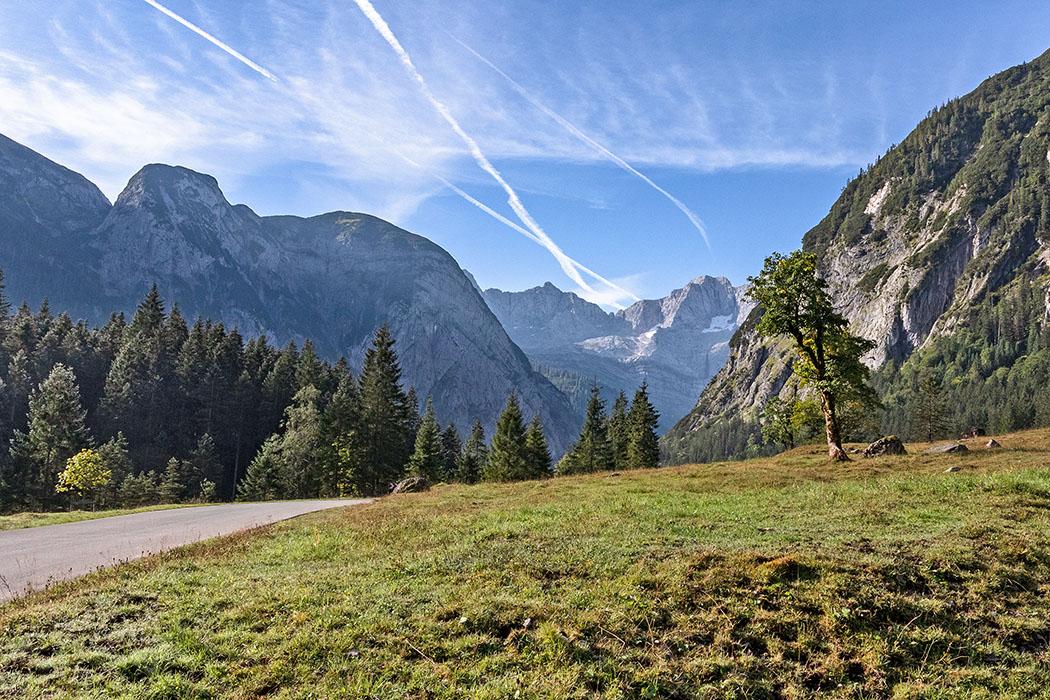 Tirol: Karwendel – Ausflug zum Ahornboden und der Eng Alm reise-zikaden.de, österreich, tirol, hinterriss, rissbach, oberer ahornboden, mautstrasse Gut ausgebaut ist die mautpflichtige Risser Landesstraße. Unser Standort ist das Obere Risstal mit Ahornen. Dahinter liegen Lamsenjochspitze und Spritzkarspitze. Diese Straße ist die einzige die ins Karwendel führt, die Gipfel sind nur über Forstwege und Bergpfade erreichbar. Foto: Reise-Zikaden, M. Hoffmann