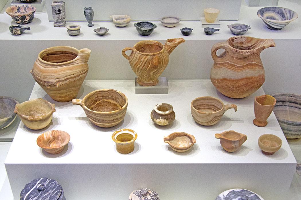 Minoan_stone_vases,_Mochlos Die kunstvollen Steingefäße waren minoische Grabbeigaben. Die datieren auf einen Zeitraum von 2.600 bis 1.900 v. Chr. und befinden sich heute im Archäologischen Museum von Heraklion. Foto: Wikipedia, Zde