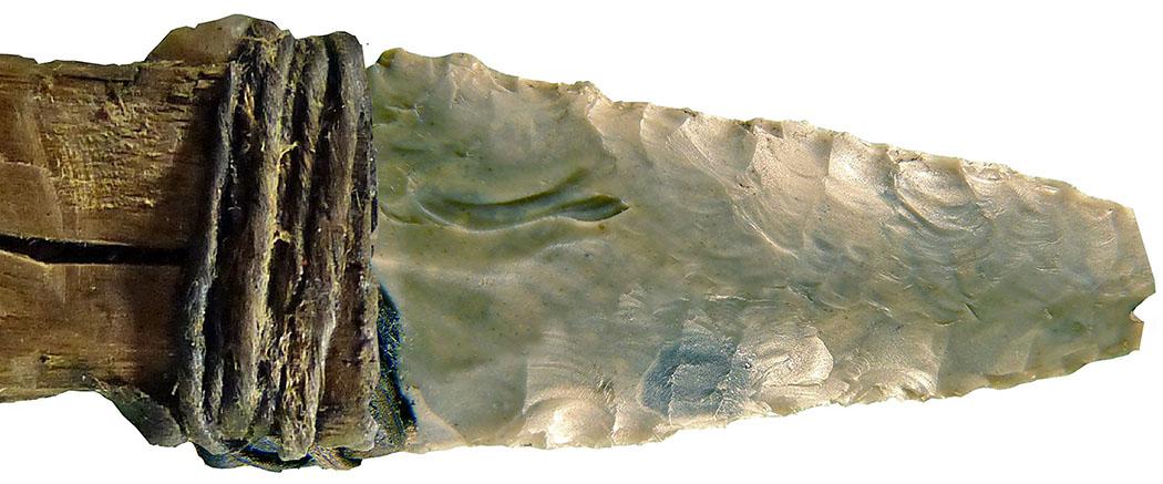 Tirol: Archäologie im Karwendel – Steinzeit bis zum Mittelalter oetzi_speer_Foto journals.plos.org-ol Das Foto zeigt den Dolch von Ötzi. Die Klinge ist aus Feuerstein, der Griff aus Eschenholz. Das Fundstück ist der einzige vollständig erhaltene Steindolch aus der Kupferzeit. Foto journals.plos.org-ol