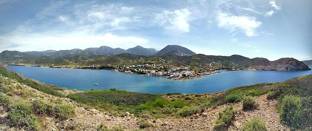 panorama_island mochlos_crete Von der Insel Mochlos bietet sich ein fantastisches Panorama auf das Fischerdorf und die dahinter liegenden Bergketten. Foto: Wikipedia, O. Tausch