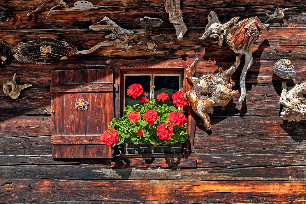 Tirol: Archäologie im Karwendel – Von der Steinzeit bis zum Mittelalter Eine Almhütte besteht aus Holz und Stein, Baustoffe die im Gebirge vorhanden waren. Kleine Fenster im Wohnbereich lassen das Gebäude nachts weniger auskühlen. Foto: Reise-Zikaden, M. Hoffmann