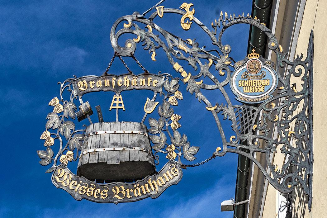 Bayern: Wanderung an der Donau zur Weltenburger Enge bei Kelheim reise-zikaden.de, deutschland, niederbayern, kelheim, weisses bräuhaus, brauschänke Im Biergarten des Bräustüberls im Weissen Bräuhaus schmeckt uns nach der Wanderung ein Weizendoppelbock Aventinus. Foto: Reise-Zikaden, M. Hoffmann