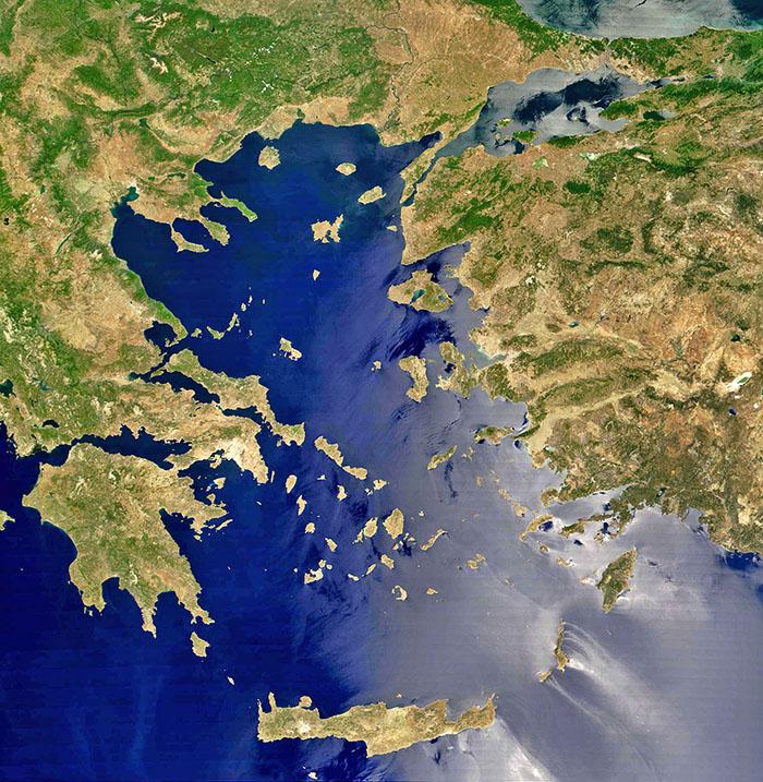 Aegeansea_ol Satellitenbild der Ägäis. Links der Peloponnes, seine Form erinnert an eine Hand mit Daumen und drei Fingern. Im Zentrum die Inseln der Kykladen. Querliegend im Westen Kreta, die größte Insel Griechenlands. Foto: Wikipedia, NASA