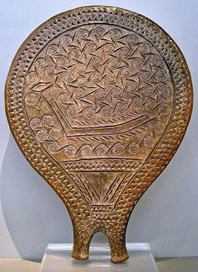 Clay frying-pan-shaped vessel with ship decoration, 2800-2300 BC, Syros Kykladenpfanne mit der Darstellung eines Langbootes. Die flache Griffschale stammt aus der Nekropole von Chalandriani auf der Kykladeninsel Syros. Heute ist es in Athen im Archäologische Nationalmuseum ausgestellt. Foto: Wikipedia, Mollerus