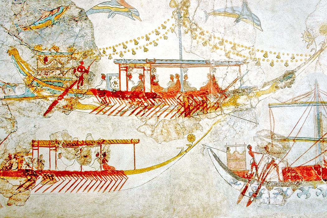 Ship_procession_fresco,_part_3,_Akrotiri,_Greece-ol Der Detailausschnitt aus dem Schiffsfresko von Akrotiri zeigt Schiffe aus der Spätminoischen Zeit. Eines der Boote (oben links) zeigt am Heck einen Sporn. Auch die Ikrion, die Kajüten mit Krieger sind erkennbar. Am Bug wurden florale Verzierungen angebracht. Foto: Wikipedia, Yann Vergiss. Composing: Reise-Zikaden