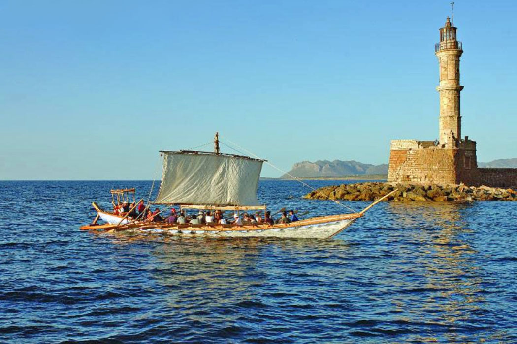 """minoa ship replica-ol Die """"Minoa"""" fährt in den Hafen von Chania in Westkreta ein. Das Schiff wurde in Chania gebaut und ist eine Nachbildung eines minoischen Plankenschiffes aus dem 15. Jhd. v. Chr. Heute ist es in der Moro-Werft im venezianischen Hafen ausgestellt. Foto: Wikipedia, Martin Belam"""
