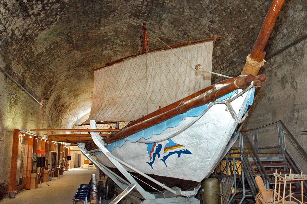 """minoa_minoan ship_rekonstruktion_chania_moro shipyard_crete-ol In den mittelalterlichen Schiffshallen Neorio Moro am venezianischen Hafen von Chania ist der Nachbau eines minoischen Schiffes zu sehen. Die """"Minoa"""" ist seetüchig und war bei der Eröffnung der Olympiade 2004 im Hafen von Piräus. Foto: www.cretanbeaches.com"""