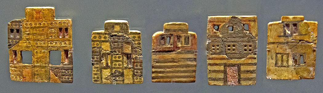 """Bronzezeit auf Kreta: Minoer erbauten die ersten Städte Europas minoan_houses_crete Die Fayence-Täfelchen zeigen Fassaden minoischer Wohnhäuser. Die Sammlung von etwa zwei Dutzend Tafeln wird """"Stadtmosaik"""" genannt. Einst verzierten sie vermutlich eine Holzkiste. Die Häuser hatten zwei oder drei Stockwerke. Fenster sind in den oberen Stockwerken üblich, im Erdgeschoss selten. Fundort: Knossos, Ostflügel. Datierung: 1.700 - 1.650 v. Chr., MM III A. Aufbewarungsort: Archäologisches Museum von Heraklion, Foto: Wikipedia, Zde"""