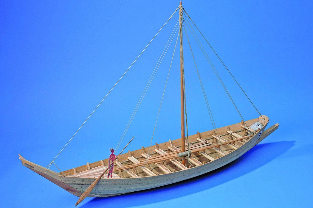 mittelminoisches Schiff Modell eines mittelminoischen Schiffes. Plankenschiffe waren eine ökonomische Notwendigkeit, da sie deutlich schneller gebaut werden konnten. Foto: Hubert Vögele, Institut für Klassische Archäologie der Universität Heidelberg