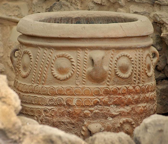 Bronzezeit auf Kreta: Minoer erbauten die ersten Städte Europas reise-zikaden.de, griechenland, kreta, knossos, pithos In diesem Pithos aus Knossos wurde Wasser, Wein, Olivenöl, Salz, Honig oder Getreide eingelagert. Pithoi sind große, dickwandige Vorratsgefäße aus Ton mit flachem Boden und Transportösen. Die Tonbehälter hatten ein Fassungsvermögen von etwa 1.300 Liter und wogen über eine Tonne und waren in den Lagerräumen fest platziert. Foto: Reise-Zikaden, M. Hoffmann
