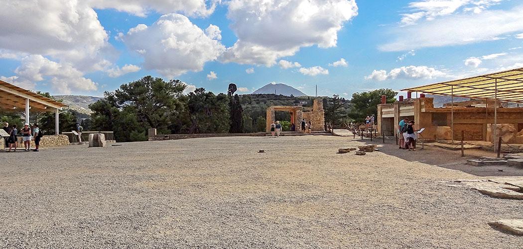 Bronzezeit auf Kreta: Die Paläste der Minoer waren Basis ihrer Städte Knossos_Zentralhof_tausch Den Zentralhof im Palast von Knossos ist auf das Gipfelheiligtum auf dem Berg Jouchtas ausgerichtet. Foto: Wikipedia, Olaf Tausch