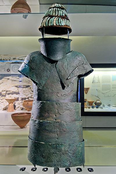 Bronzezeit auf Kreta: Krieger-Ideologien und Waffen der Minoer Panoply of Dendra Die Dendra-Rüstung (Panoply of Dendra) ist eine mykenische Ganzkörperrüstung aus Bronze die mit Eberzahnhelm in der Nekropole von Dendra, in der Region Argolis auf dem Peloponnes, gefunden wurde. Datierung: 14. Jhd. v. Chr. Foto: Wikipedia, C messier