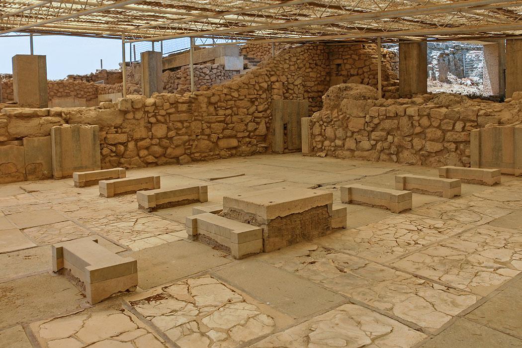"""Bronzezeit auf Kreta: Die Paläste der Minoer waren Basis ihrer Städte reise-zikaden.de, griechenland, kreta, phaistos, minoer, palast, Ein hervorragendes Beispiel für ein Polythyron (Vieltürer) ist das """"Megaron des Königs"""" im Palast von Phaistos. Diese Tür-Pfeiler-Wand teilte die Halle in zwei Hälften. Der Boden wurde mit Alabasterplatten mit Fugen aus rotem Stuck ausgelegt. Die Wände waren mit Fresken verziert. Foto: Reise-Zikaden, M. Hoffmann"""