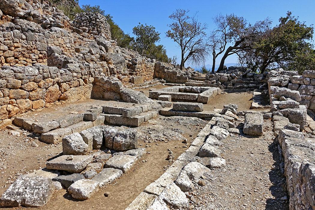 Lato_Ausgrabungsstätte_Kreta-ol Die Bergstadt Lato nahe Kritsa bei Agios Nikolaos (Region Lasithi) war eine Gründung von dorischen Kolonisten. Die Abbildung zeigt das Prytaneion (Sitz des Repräsentanten und der Ratsversammlung). Foto: Wikipedia, Olaf Tausch