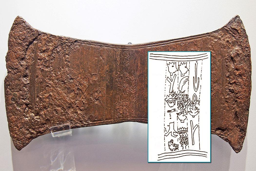 Bronzezeit auf Kreta: Europas älteste Schrift entwickelten Minoer Doppelaxt aus der Höhle von Arkalochori mit fünfzehn Hieroglyphen. Die Zeichen ähneln dem Diskos von Phaistos. Diese Zwischenform von Hieroglyphen und Linear A ist nicht entziffert. Vermutlich war die Bronze-Labrys eine Votivgabe. Datierung: 1.700 – 1.550 v. Chr. MM III B - SM I A. Fundort: Arkalochori-Kulthöhle, Zentralkreta. Ausstellungsort: Archäologisches Museum, Heraklion. Foto: Wikipedia, C Messier
