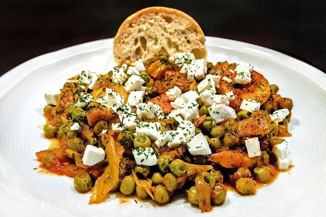 Fein & gesund! Arakas laderos kokkinistos – Erbsen in Tomatensauce mit Feta