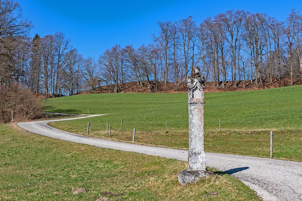 Kelten in Bayern: Das Oppidum Fentbach-Schanze bei Weyarn reise-zikaden.de, Die Kelten in Bayern - Das Oppidum Fentbach-Schanze bei Weyarn, bildstock Das kleine Dorf Fentbach bei Weyarn in Oberbayern ist ein geschichtsträchtiger Ort. Auf einer Anhöhe lag ein keltisches Oppidum, das südlichste aller bayerischen Keltenstädte. Der Tuffstein-Bildstock im Vordergrund stammt aus dem 16. Jhd. Foto: Reise-Zikaden, M. Hoffmann