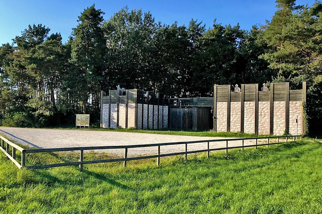 Manching, Oppidum, Museum, Besucherparkplatz Keltenwall_ol Das Oppidum von Manching umgab ein eindrucksvoller Ringwall. Gut erforscht ist das einstige Osttor, das als Zangentor ausgeführt war. Heute kann es als Rekonstruktion besichtigt werden.