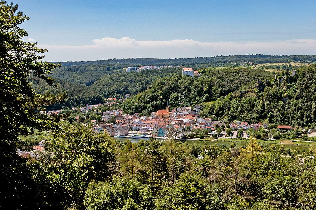 reise-zikaden.de, Bayern, Unsere 18 schönsten Ausflüge im Unteren Altmühltal Vom Aussichtspunkt im Norden von Riedenburg bietet sich ein fantastischer Überblick auf die Drei-Burgen-Stadt im Unteren Altmühltal. Koordinaten: 48.969258, 11.691002. Foto: Reise-Zikaden, M. Hoffmann