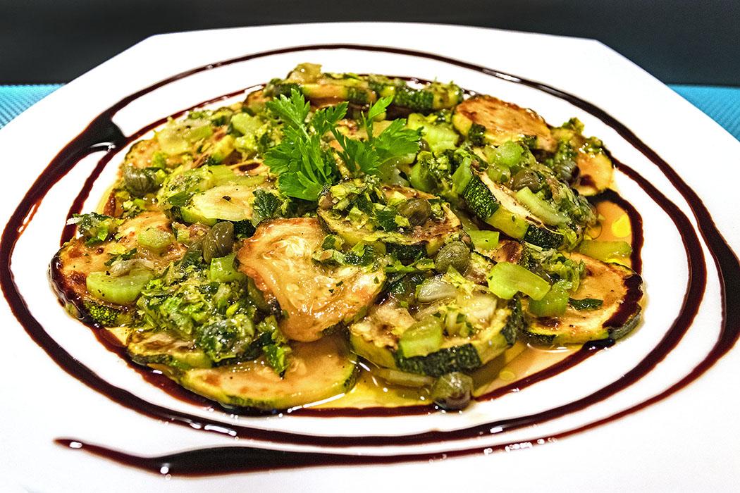 reise-zikaden.de, Zucchine marinati, Marinierte Zucchini mit Selerie aus Sizilien Marinierte Zucchini schmecken als Vorspeise, als Beilage zu gegrilltem oder auf Bruschetta. Ein schmackhafter Leckerbissen ist das Gemüse in jedem Fall. Foto: Reise-Zikaden, M. Hoffmann