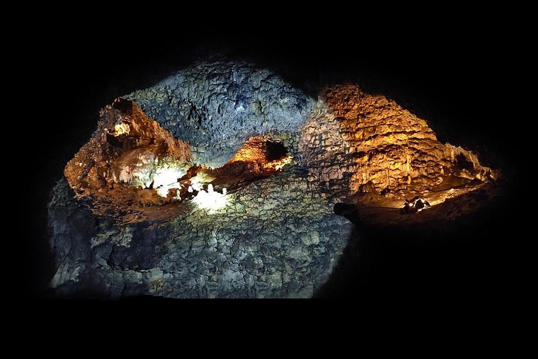 schulerloch_essing_altmuehltal-ol Hochinteressant ist ein Besuch im Großen Schulerloch. Es diente im Mittelpaläolithikum Neandertalern als Lagerplatz. Während Menschen nur im Vorderteil der Höhle lebten, fand man im hinteren Bereich zahlreiche Tierknochen der Würm-Kaltzeit. Foto: Reise-Zikaden, M. Hoffmann