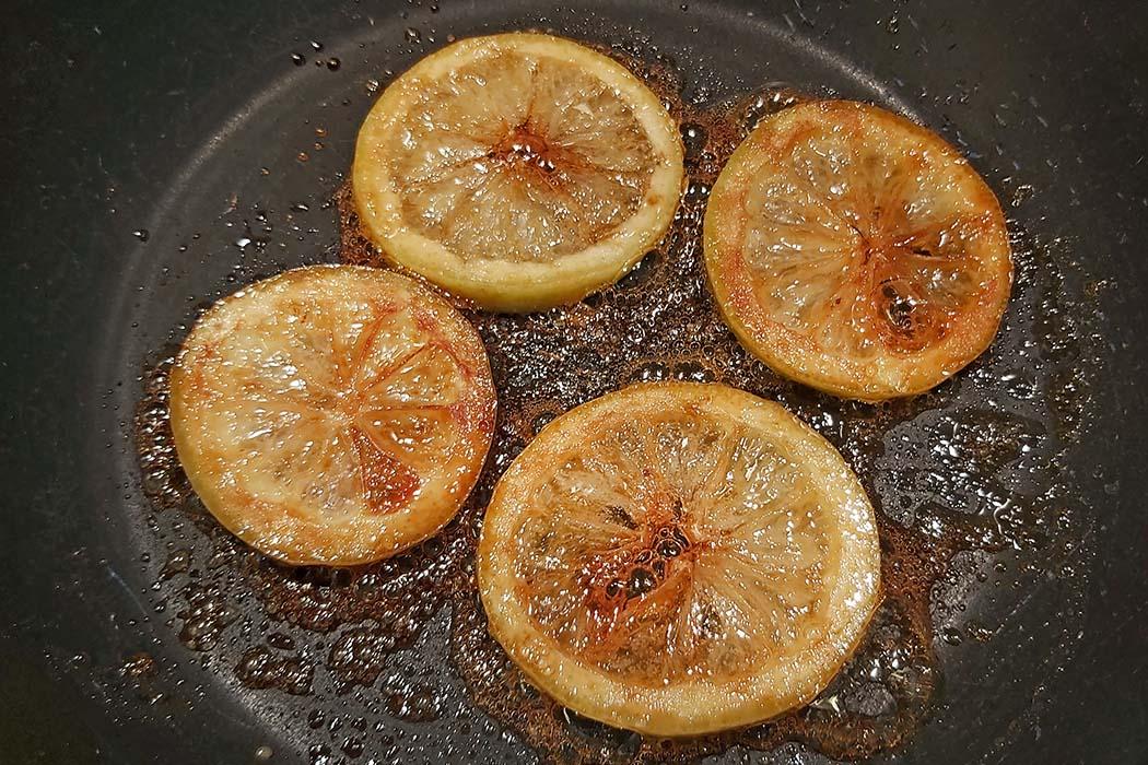"""tarte au citron 04 """"Das Auge isst mit!"""" Hübsche Dekoration und schnell gemacht sind karamellisierte Zitronenscheiben. Foto: Reise-Zikaden, M. Hoffmann"""