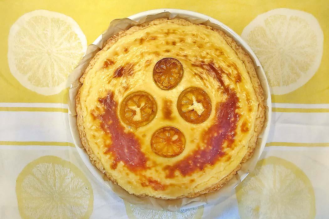 Tarte au Citron mit Zitronen-Buttermilch-Cremepudding tarte au citron 05 Die Rezepte für Zitronentarte sind so unterschiedlich wie man es sich nur vorstellen kann. Probiert einmal das Rezept mit Zitronen-Buttermilch-Cremepudding. Foto: Reise-Zikaden, M. Hoffmann