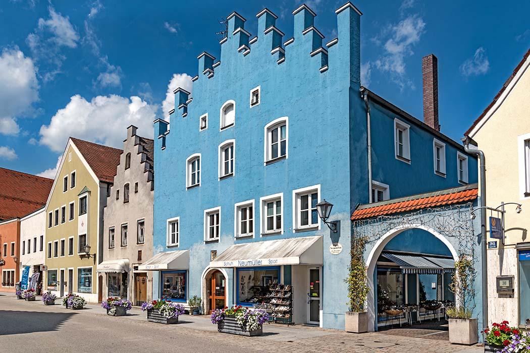 Beilngries,_Hauptstraße_38-Tilman2007-ol Blickfang in der Altstadt von Beilngries sind stattliche Bürgerhäuser. In der Hauptstraße 38 liegt dieser leuchtend blaue Satteldachbau aus dem 16. Jhd. Foto: Wikipedia, Tilman2007
