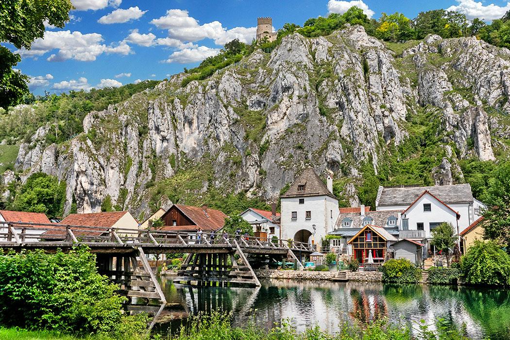 Markt Essing in Bayern liegt spektakulär unter steilen Kalksteinfelsen zwischen Kelheim und Riedenburg und ist eines der eindrucksvollsten Ortsbilder im Unteren Altmühltal. Foto: Reise-Zikaden, M. Hoffmann