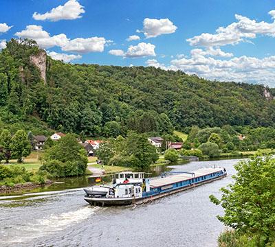 reise-zikaden.de, Bayern, Unsere 18 schönsten Ausflüge im Unteren Altmühltal, untereggersberg, frachtschiff Bei Untereggersberg im Unteren Altmühltal fährt gemächlich ein Frachtschiff auf dem Main-Donau-Kanal entlang. Foto: Reise-Zikaden, M. Hoffmann