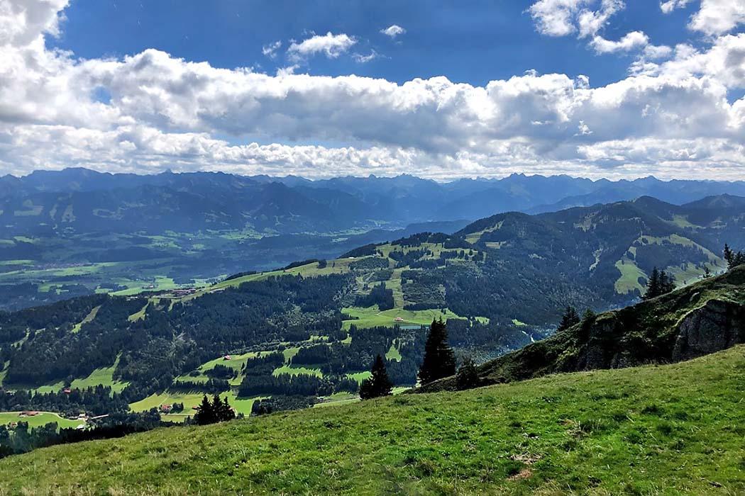 Steineberg, Nagelfluhkette, Oberallgaeu-ol Vom Steineberg-Gipfel auf 1638 Meter Höhe bietet sich eine Fernsicht auf die östlichen Gipfel der Allgäuer Hochalpen. Foto: Reise-Zikaden, M. Hoffmann