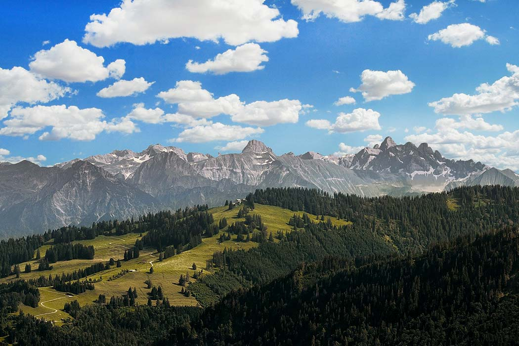 alpkoenigblick_hauchenberg_oberallgeau_immenstadt_olneu Bei klarem Wetter verspricht eine Wanderung auf den Hauchenberg eine wunderbare Fernsicht. Im Vordergrund die Nagelfluhkette mit Bergwiesen, dahinter die Allgäuer Alpen. Foto: Wikipedia, Kaukor