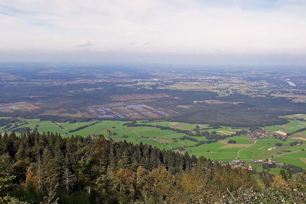 Nicklheim ist das Dorf mitten im Wald. Die Gewässer links sind die Kollerfilze, darüber die Hochrunstfilze. Links sind Teile des Sterntaler Filze sichtbar. Rechts (Mitte) sind die Steinbeisfilze und die Rohretfilze zu sehen. Abgesehen von der Steinbeisfilze sind dies alles besondere Schutzgebiete. Aussicht vom Gipfel des Farrenpoint (1273 Meter) auf die Raublinger Moore. Nicklheim liegt rechts im Wald. Die Moorseen der Koller- und Hochrunstfilze sind mittig erkennbar. Links die Sterntaler Filze. Foto Wikipedia, Cookies4ever